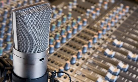 Locución de estudio locutor, locutores, locutor masculino, locutor profesional, locutores profesionales, Locutor microfono estudio1 546x326